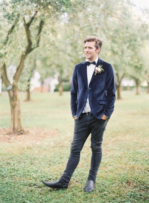 a creative combo with a navy velvet blazer, black skinny jeans, a white shirt and black shoes