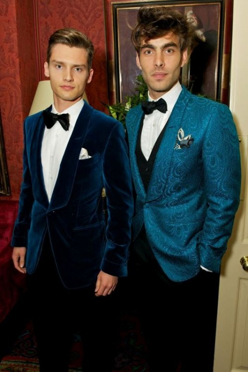 a gorgeous bright blue velvet suit with a black bow tie and a pocket square is a chic and glam idea