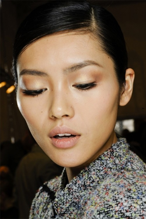 a natural makeup with glowy touches and burgundy eyeshadows, with a nude lip is a pretty and chic idea