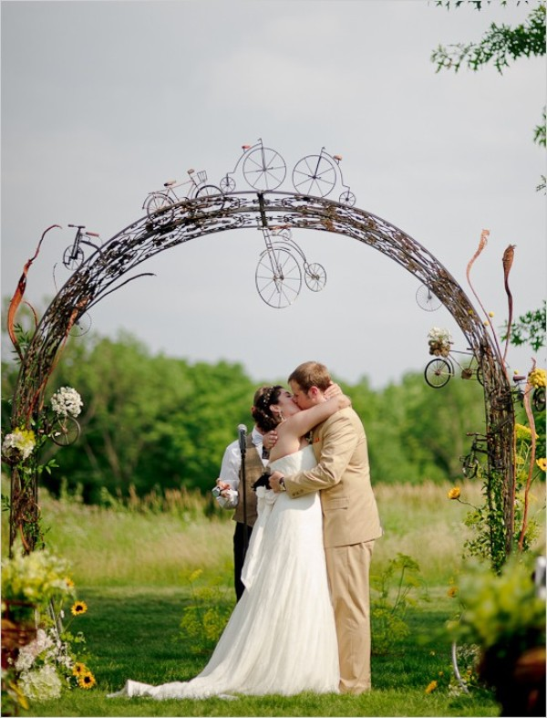 20 Amazing Non Traditional Altars For An Outdoor Wedding