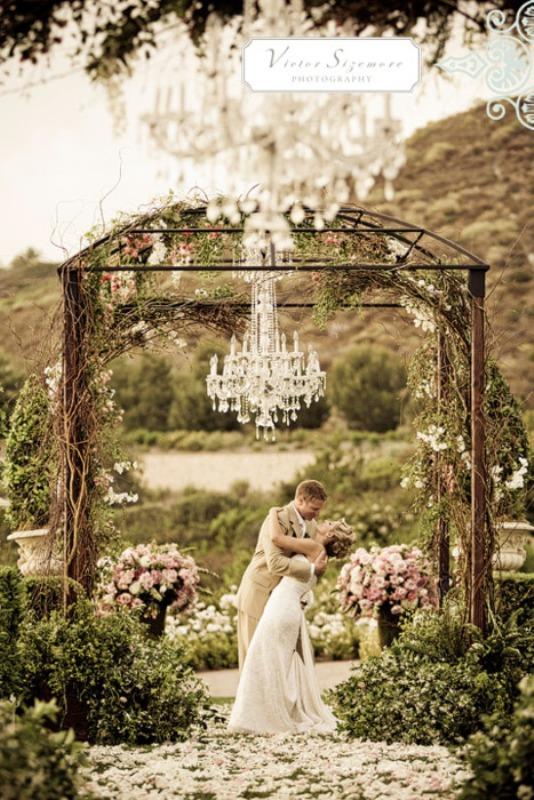 20 Amazing Non-Traditional Altars For An Outdoor Wedding - Weddingomania