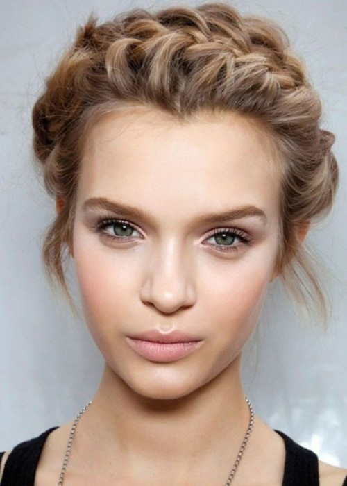 a neutral makeup with highlighter, matte lips, some eyeliner and mascara and a very neutral eye shadow that matches