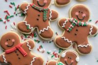 gingerbread men sugar cookies are traditional for Christmas, they will bring a homey feeling to the wedding