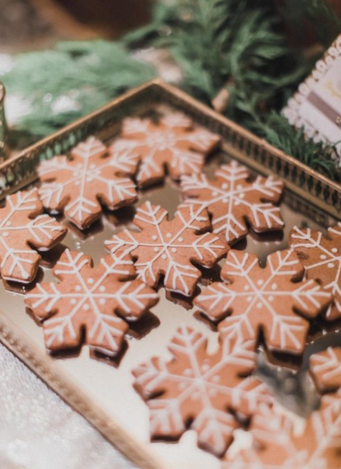 snowflake gingerbread cookies with icing can be DIYed by you and will give a homey feel to the dessert table