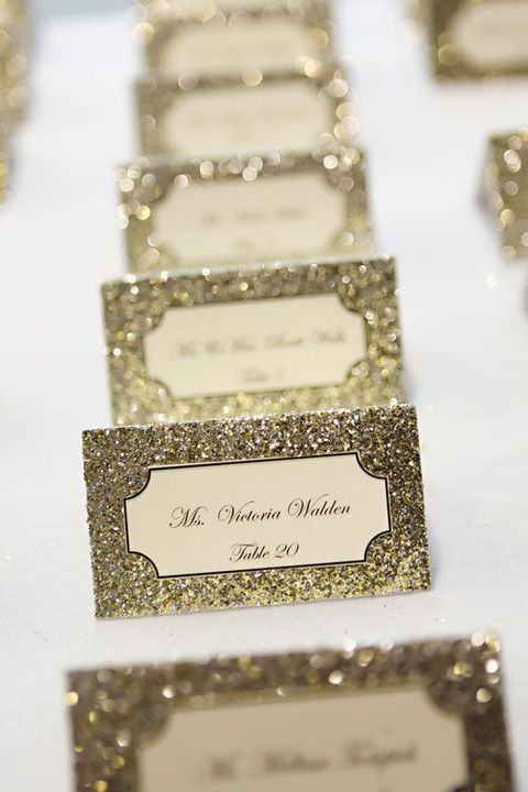 gold glitter cards with calligraphy are amazing for a refined or glam wedding, they can be DIYed any time