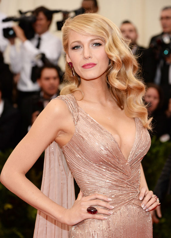 long Hollywood waves with side parting is a stunning idea for brides with long hair
