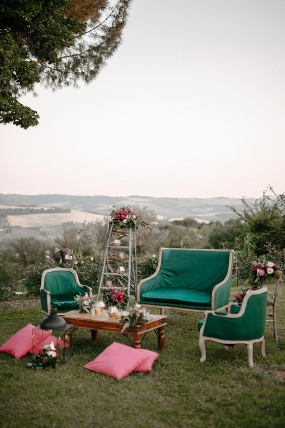 an emerald wedding lounge is a chic idea for a refined wedding