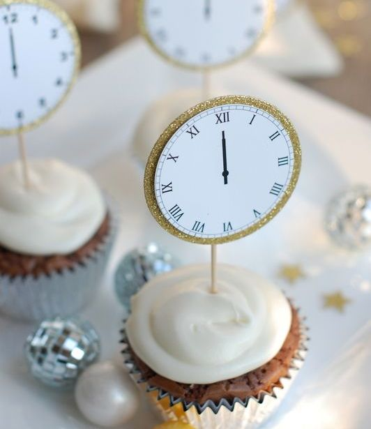 wedding cupcakes topped with gold glitter edge clocks are cute and chic for a NYE wedding