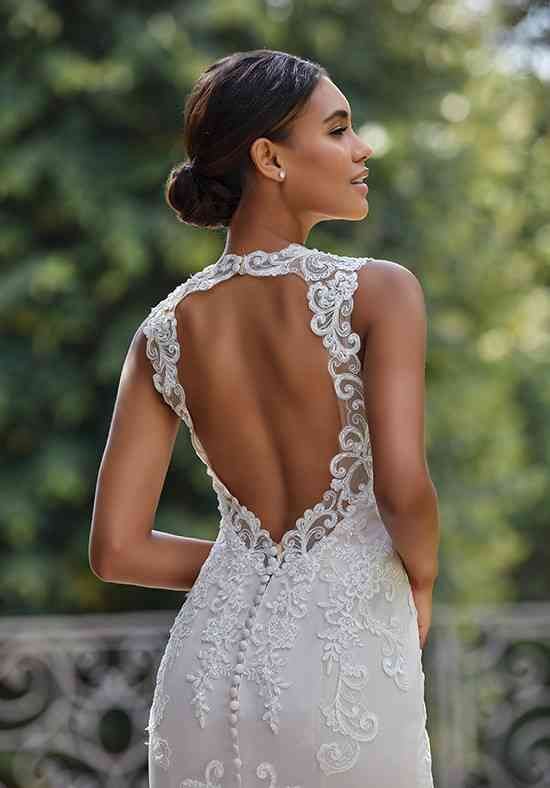 a dreamy fitting wedding dress with lace appliques, with a keyhole back and a high neckline and no sleeves for a modern and charming bride