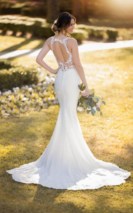 a romantic mermaid wedding dress wiht a lace bodice, a keyhole back and no sleeves, a small train and statement earrings