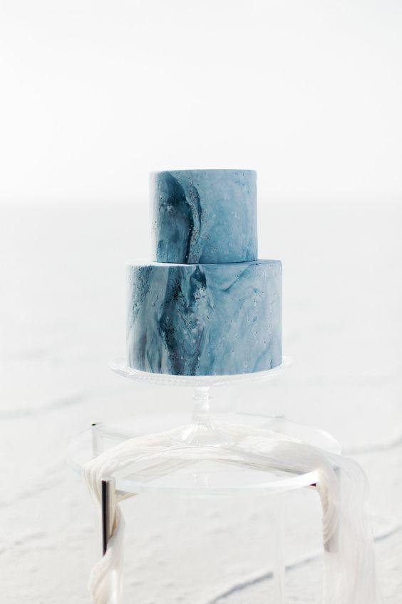 a blue marble beach wedding cake is always a stylish and trendy idea for a modern beach wedding