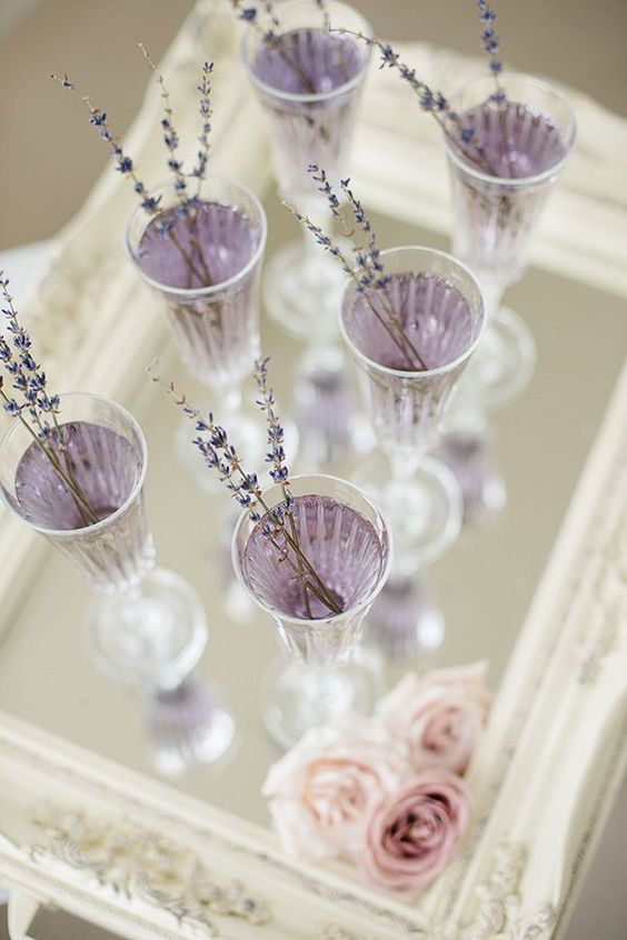 lavender drinks topped with dried lavender are amazing for a refined and chic wedding