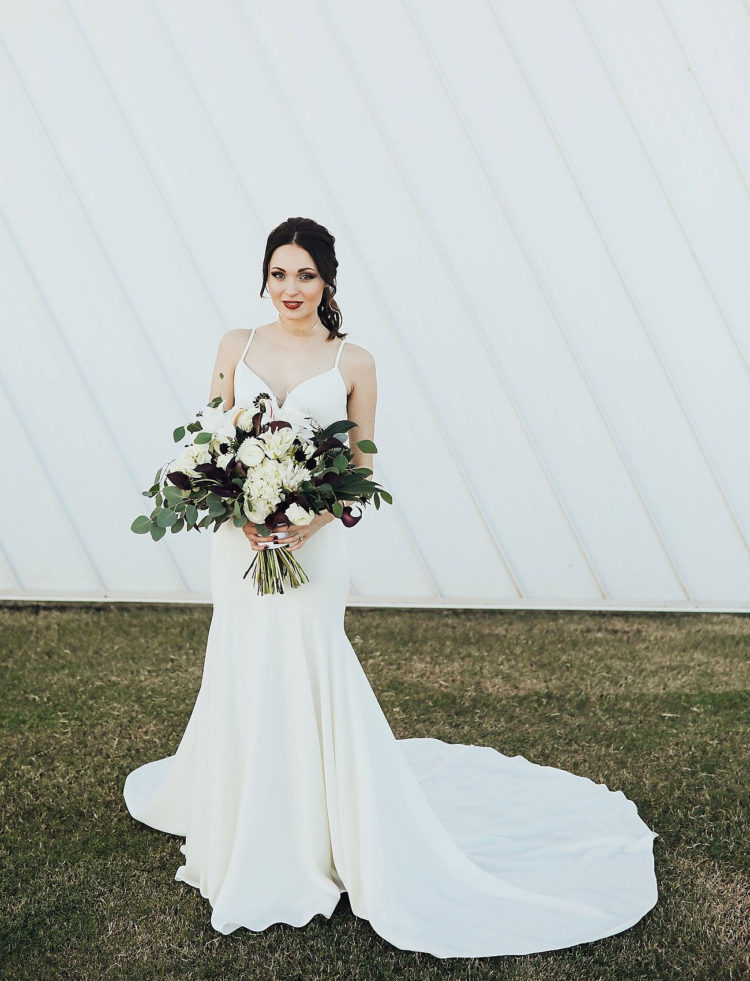 a minimalist and girlish wedding gown with spaghetti straps, a mermaid silhouette and a sweetheart neckline