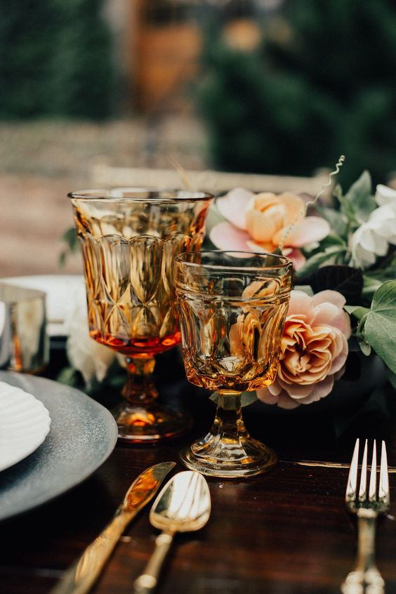 amber vintage goblets and gold cutlery for accenting your tablescape and make it more chic