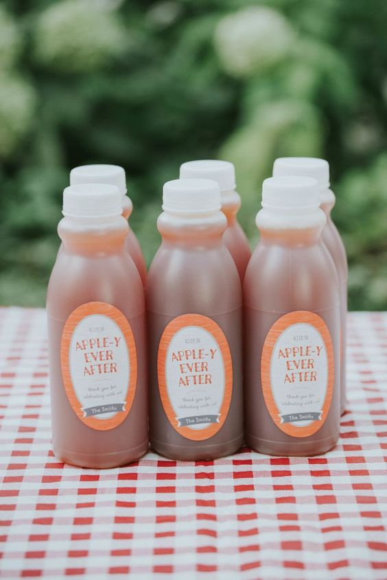 apple sauce is always a good idea of a fall wedding favor, very crowd-pleasing and very budget-savvy at the same time