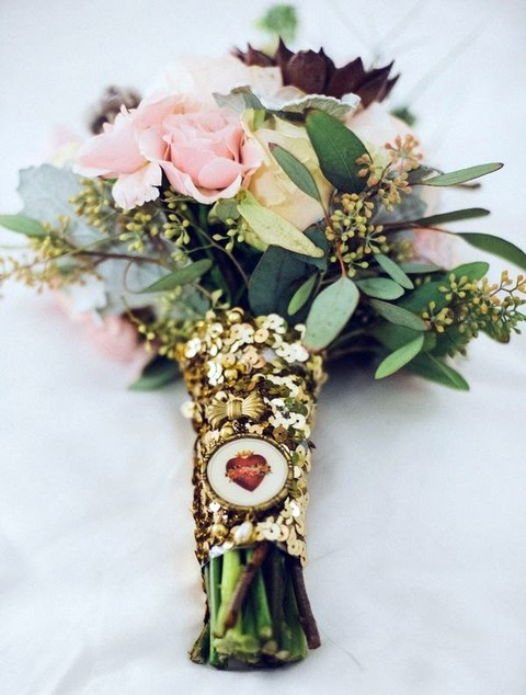 a glam gold sequin bouquet wrap with a tiny bow and a heart hanger is a very chic and shiny idea