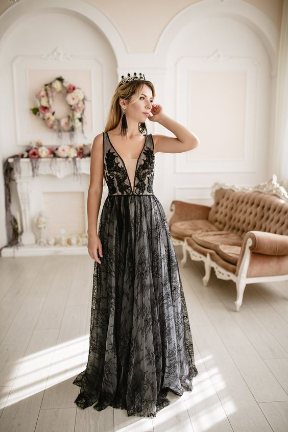 a soft glam Halloween wedding dress of tan fabric and black lace, with wide straps and lace appliques is veyr chic