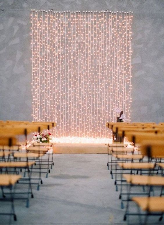 a wall of lights is all you need to highlight your couple and create a welcoming and intimate ambience