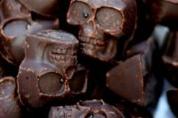 chocolate skulls are always a great idea for a Halloween wedding, they are very crowd-pleasing