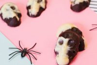 marbled chocolate skulls as delicious Halloween wedding favors you can make yourself