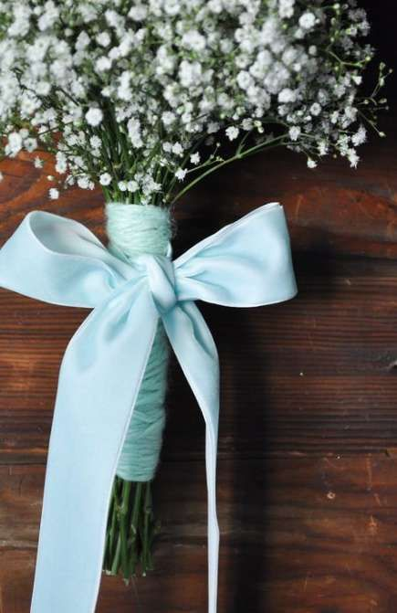 turquoise twine wraps with a matching ribbon bow is a very chic and bright idea