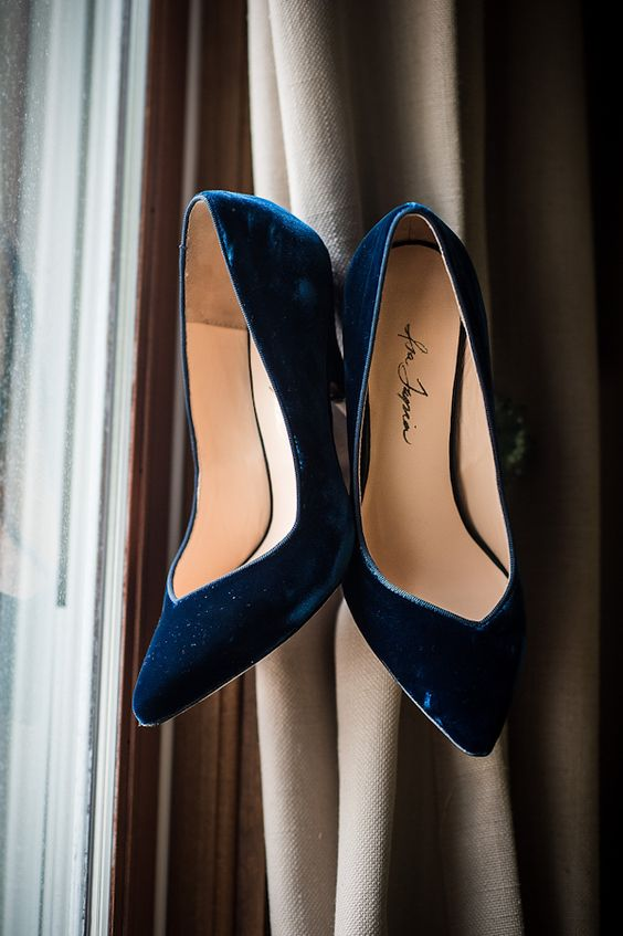 navy velvet shoes are a very elegant and refined option for a winter or fall bride