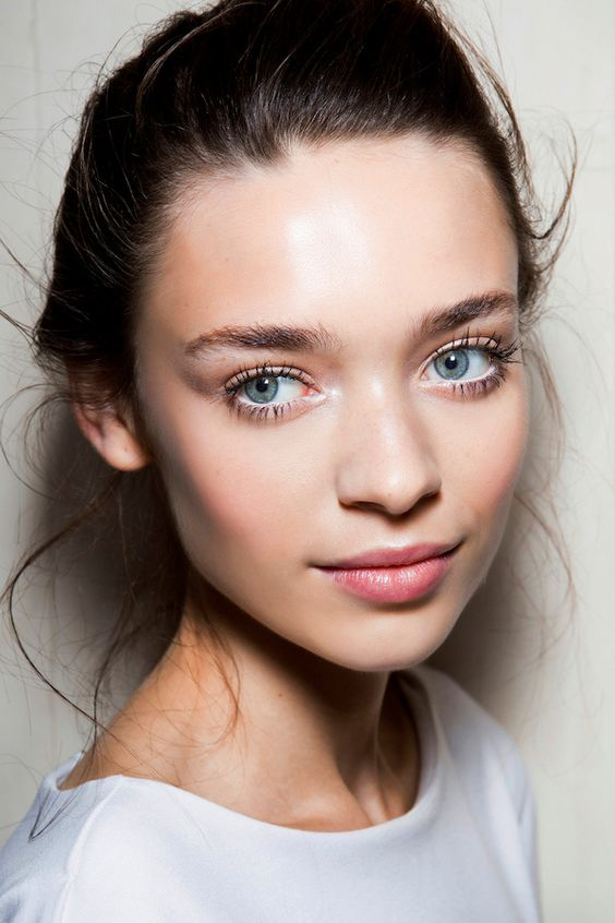 a chic neutral makeup with a touch of glow, rouge, a pink lip, a bit of mascara and brushed eyebrows