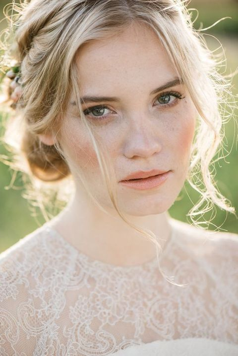 a neutral makeup with highlighted eyebrows, a bit of mascara, a nude lip and a touch of rouge is amazing