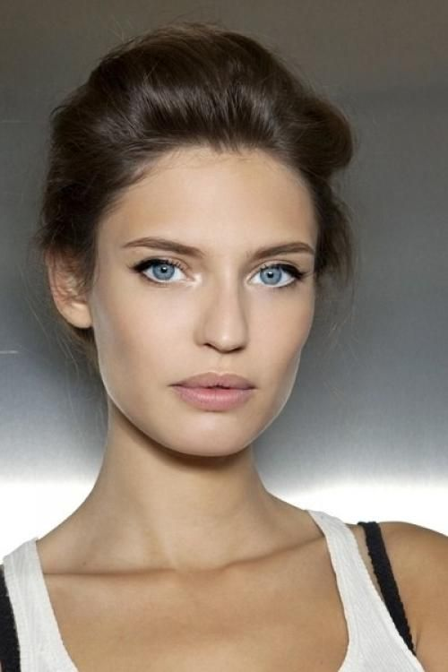a nude look with a matte nude lip, hgihlighted eyebrows, a mascara and a eyeliner plus some rouge is chic