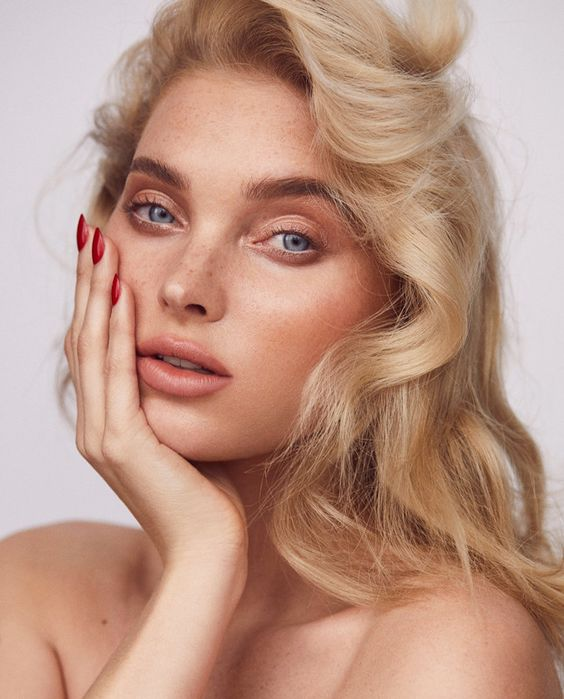 nude makeup with highlighted eyebrows, a mascara, a matte nude lip and rouge for a fresh look