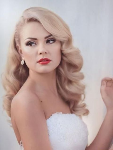 elegant vintage waves on long blonde hair look veyr chic and feminine and give you a princess-style look