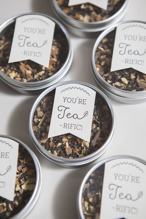 mini magnet packs with your favorite tea blend and tags are great wedding favors for summer and not only