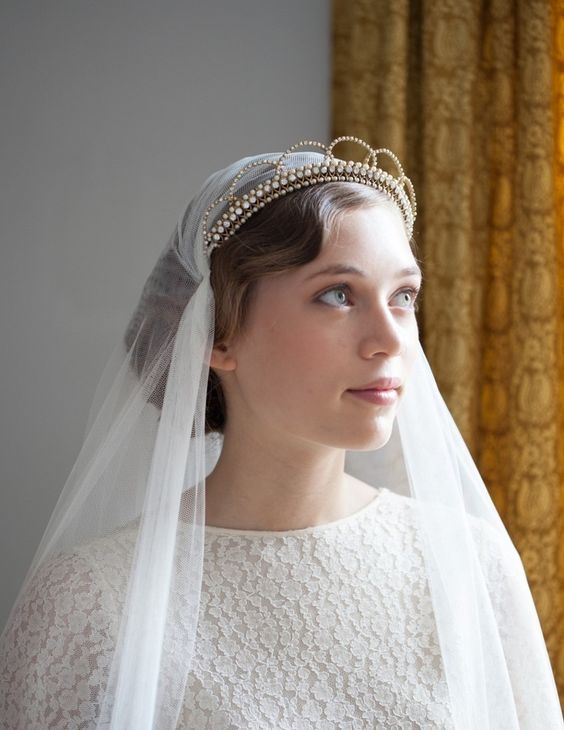a pearl art deco headpiece with a veil is a lovely and chic combo for an art deco bride to rock