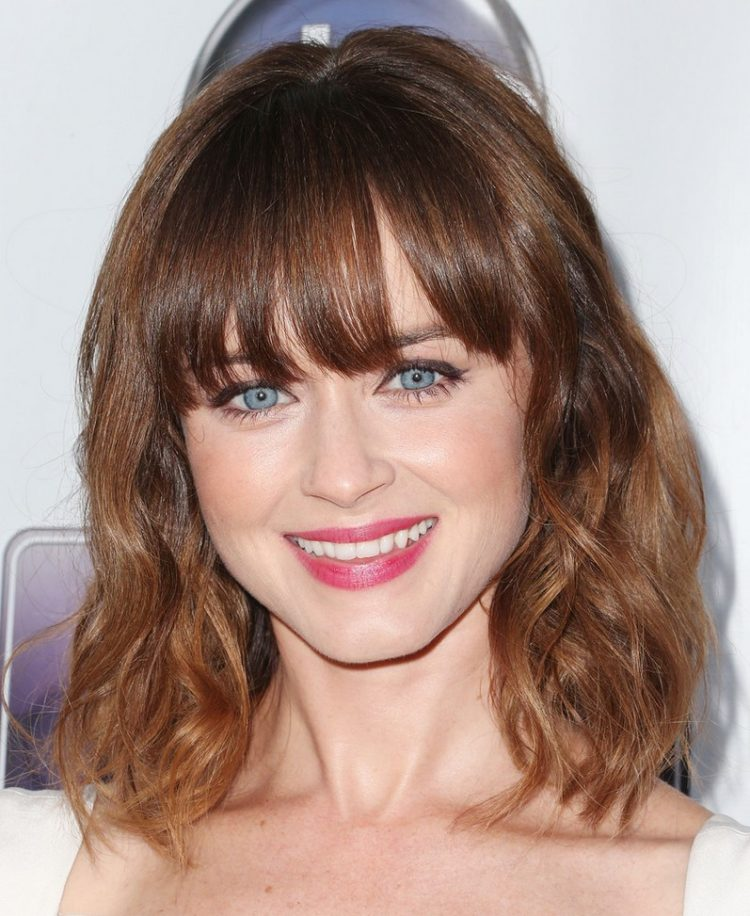 shoulder length waves with bangs is a timeless idea with a trend incorporated - loose waves down