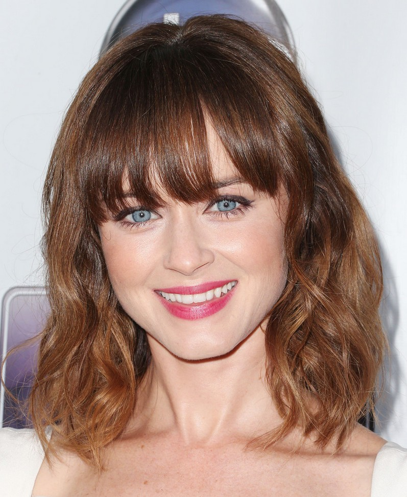 shoulder length waves with bangs is a timeless idea with a trend incorporated   loose waves down