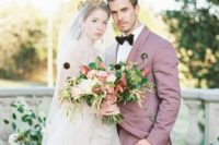 a mauve suit, a white shirt and a black velvet bow tie for a refined, elegant and luxurious groom's look