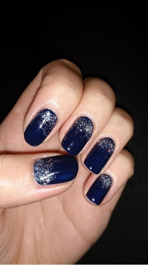 a navy and silver glitter manicure brings a glam touch and a chic look to the bridal outfit