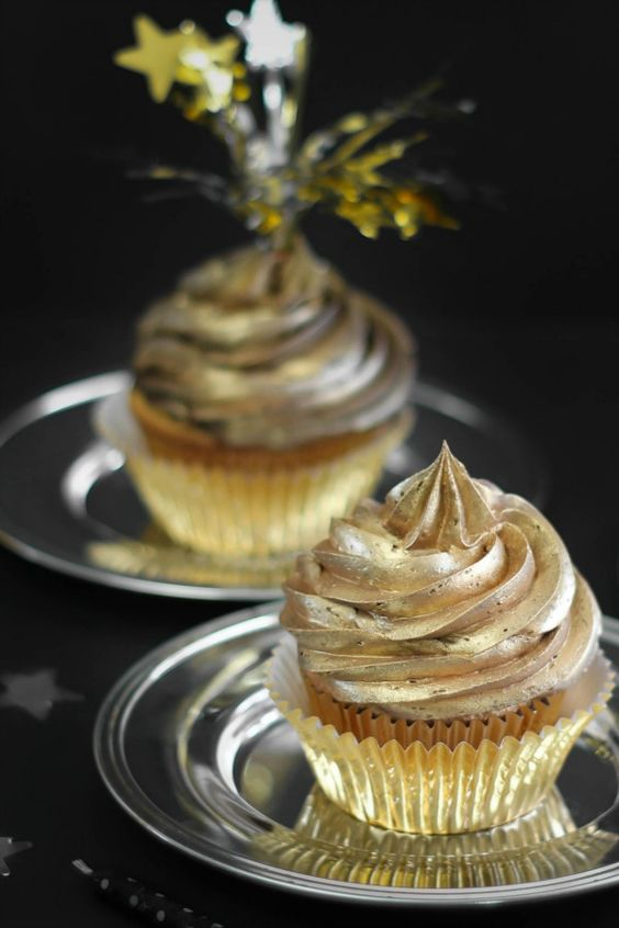 golden swirl cupcakes will add glam to your NYE wedding dessert table and make it bright