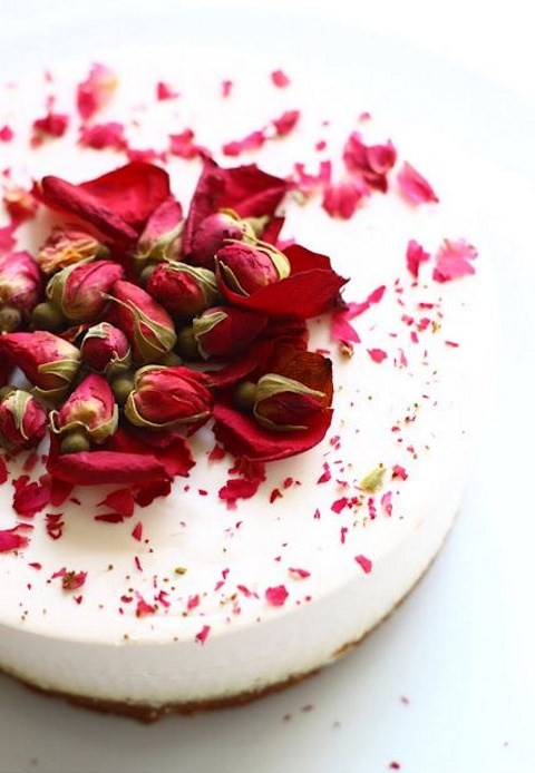 a tender and sutble version of a wedding desset - a cheesecake topped with tea roses