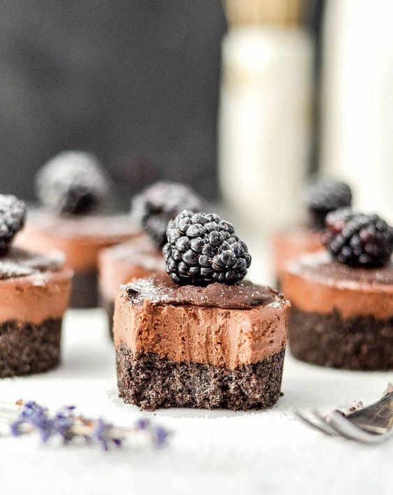 mini no bake chocolate wedding cheesecakes with blackberries on top are amazing for a vegan wedding
