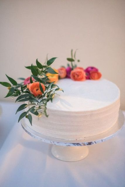 a one tier wedding cake idea with buttercream frosting and fresh flowers is a very chic and stylsh idea