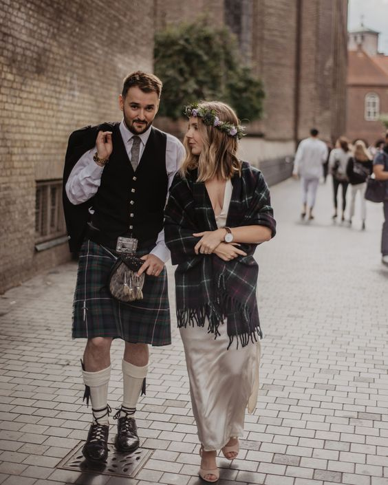 a tartan cover and a matching kilt is a stylish and bold idea for a Scottish wedding