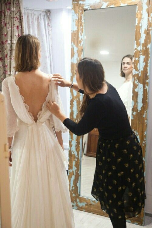 a chic and romantic A-line wedding dress with a low back with lace, long sleeves and a pleated skirt
