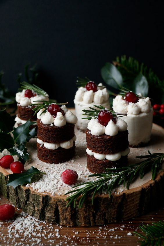gingerbread naked Christmas mini cakes with mascarpone frosting, creanberries and greenery for a Christmas wedding