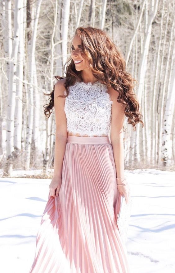 a romantic look with a sleeveless white crop top, a pink pleated maxi skirt and a pink clutch
