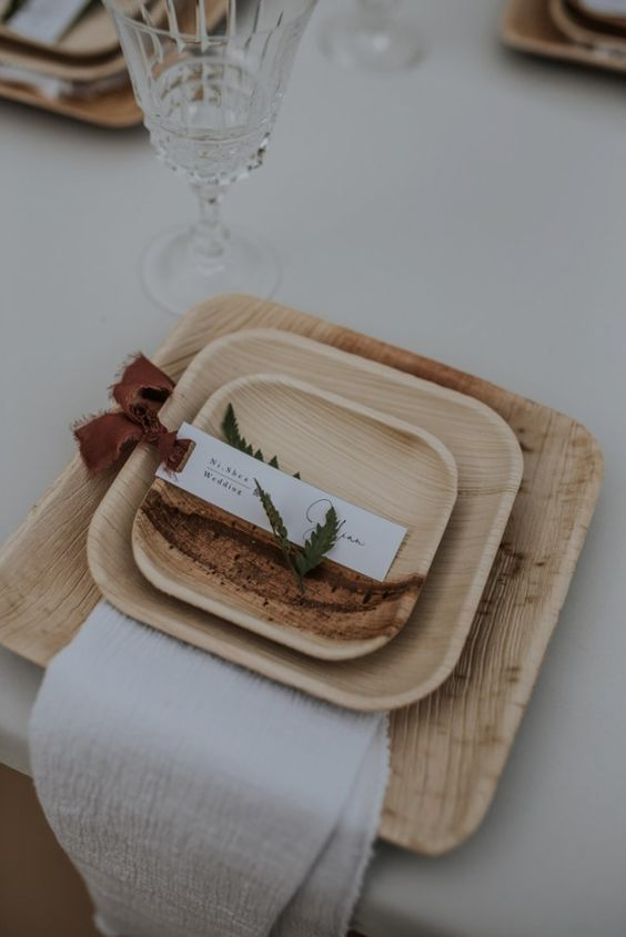 use wooden plates for a mountain wedding tablescape, this is a great idea to bring a rustic touch to the space