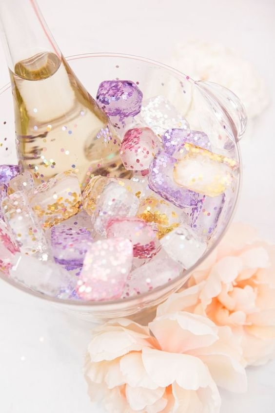 make some glitter ice cubes for your prosecco and champagne and spruce up your party with these cuties