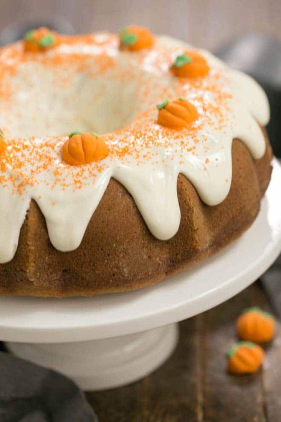 a cute yummy bundt wedding cake for a fall wedding