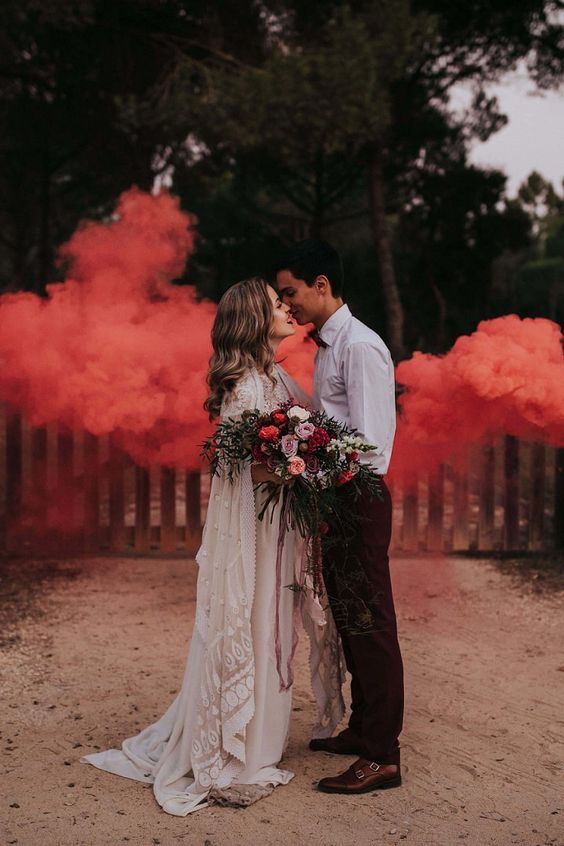 make your wedding portrait very special with colroful smoke bombs, even if you are shooting in a usual backyard