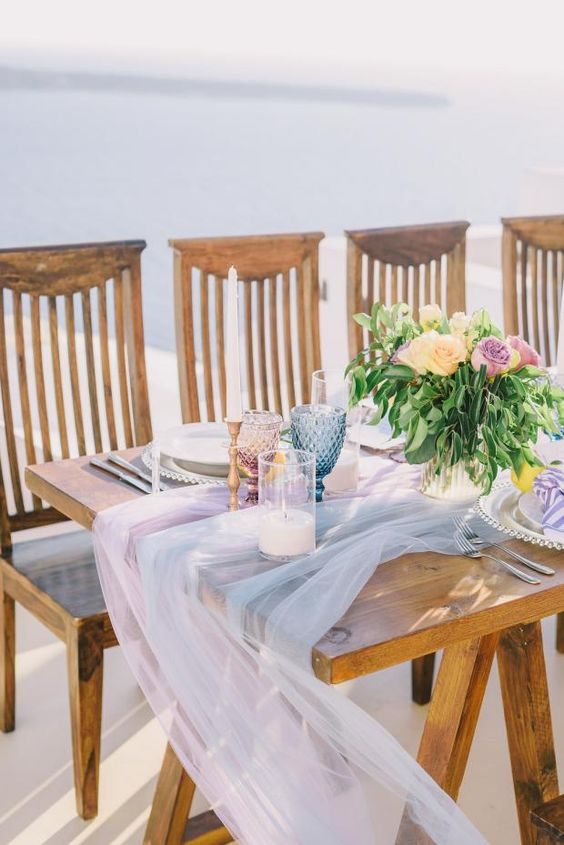 grey and lavender tulle table runners soften the uncovered table look and make it more tender and chic